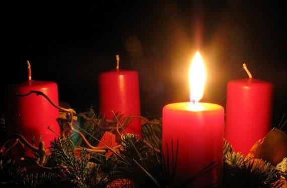 Iededzam pirmo svecīti Adventes vainagā un sākas lielais Ziemassvētku gaidīšanas laiks